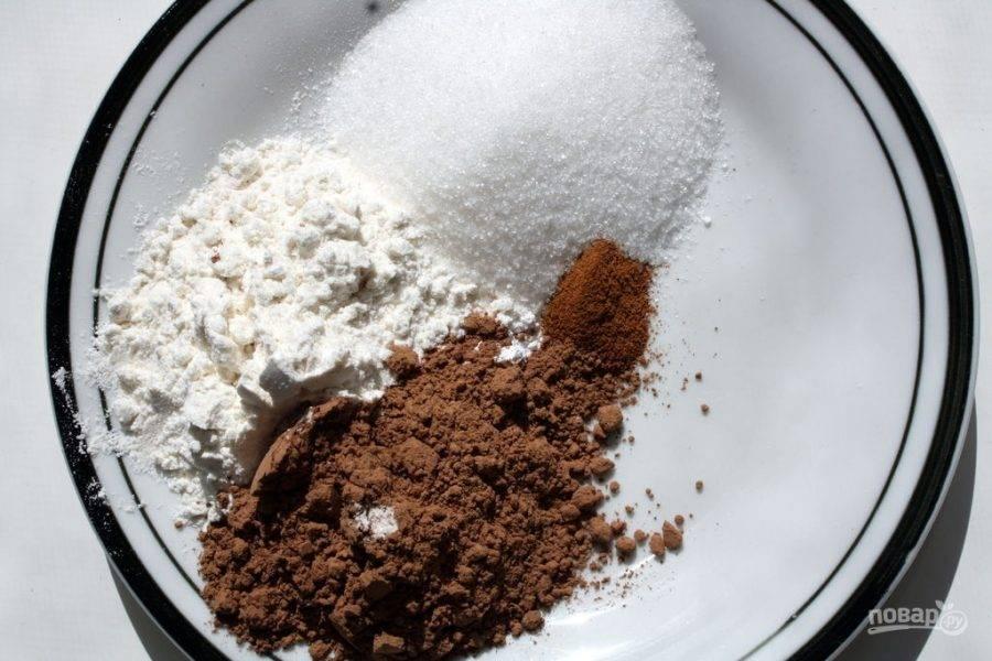1.В тарелку выложите все сухие ингредиенты, перемешайте их. Яйцо вбейте в миску и размешайте, используйте половину, добавьте воду и растительное масло.