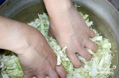 Складываем в кастрюлю, приправляем солью, разминаем руками. Ставим кастрюлю на огонь, добавляем 2 ст.л. растительного масла и полстакана воды. Тушим 10 мин.