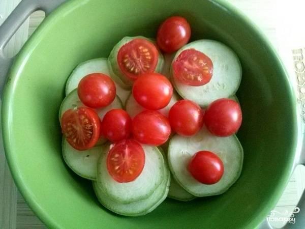 Сверху выложите помидоры черри. Запекайте 20-25 минут при 200 градусах.