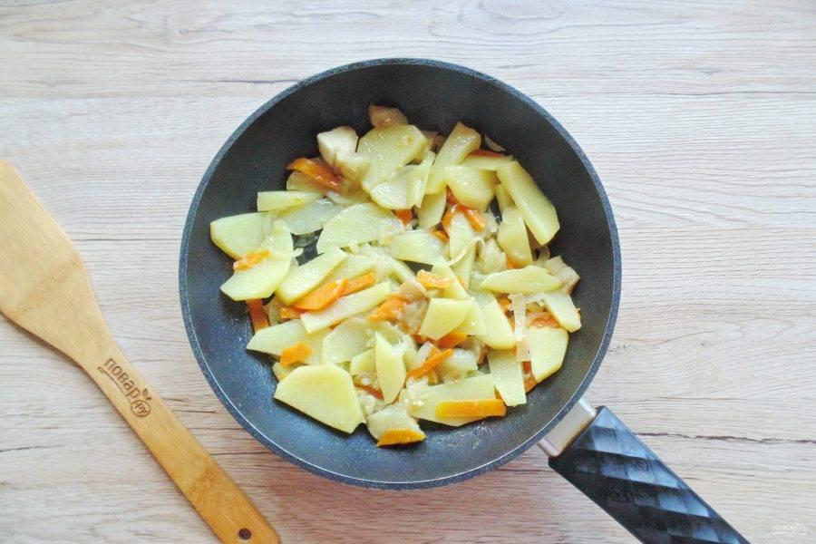 Накройте сковороду крышкой и на небольшом огне, помешивая, жарьте овощи 8-10 минут, почти до готовности.