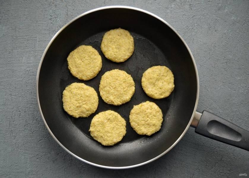 Разогрейте сковороду с растительным маслом на среднем огне. Обжарьте котлеты по 4-5 минут с каждой стороны.
