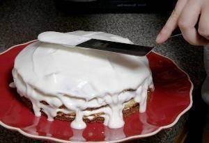 Теперь осталось только смазать коржи со всех сторон глазурью и посыпать верхний слой присыпкой из коржа. Теперь торт можно оставить в холодильнике на 6-8 часов. За это время глазурь впитается и десерт можно подавать к столу.