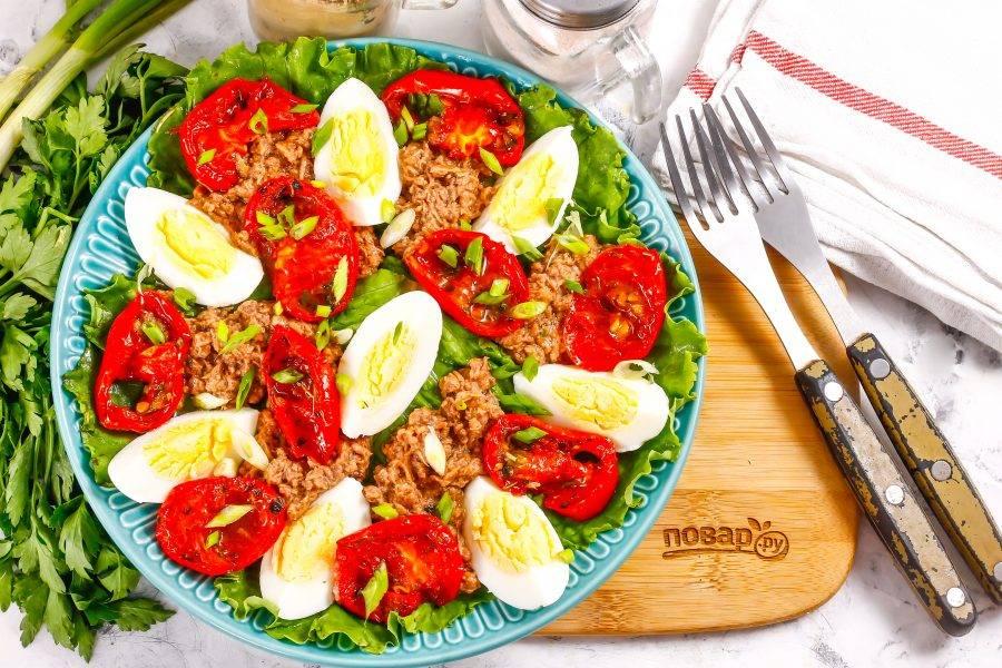 Подайте блюдо к столу сразу же после его приготовления, можно дополнить салат сухариками, гренками.