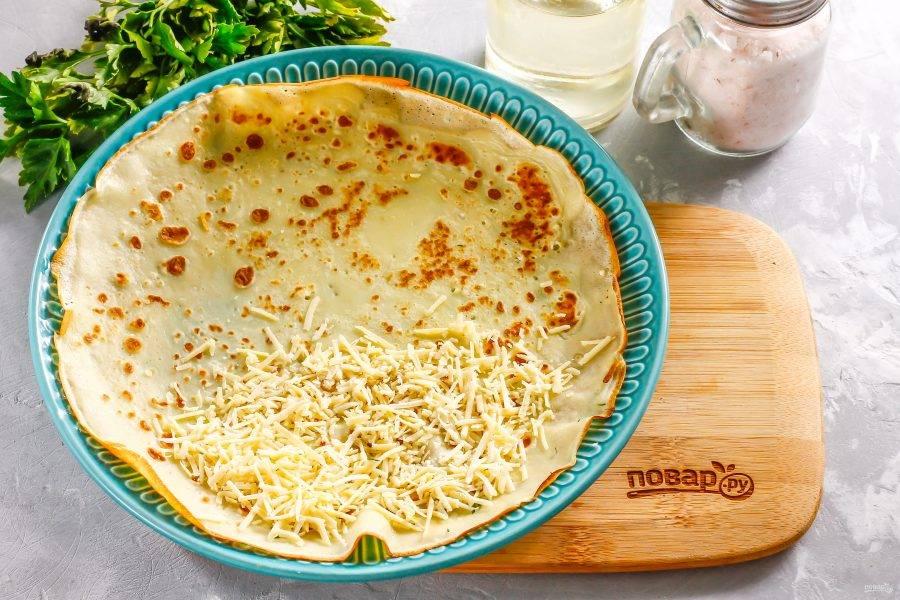 Можете просто присыпать горячий блин мелко натертым твердым или мягким сыром и быстро скрутить его в рулет — сыр расплавится и будет тянуться при дегустации.