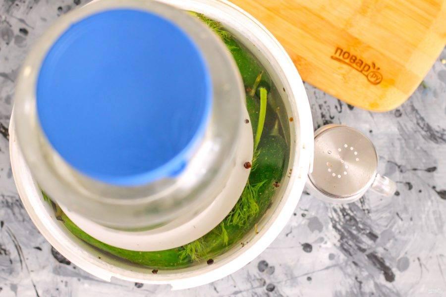 Накройте содержимое емкости перевернутой тарелкой, а на нее установите гнет: гирю или банку с водой. Оставьте на 3-4 дня при комнатной температуре. О том, что началось брожение, вы узнаете по характерному аромату.