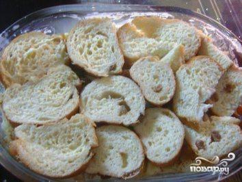 Выкладываем поверх яблок оставшиеся ломтики батона, заливаем все оставшимся молоком с желтками. Отправляем в разогретую до 180 градусов духовку минут на 30.