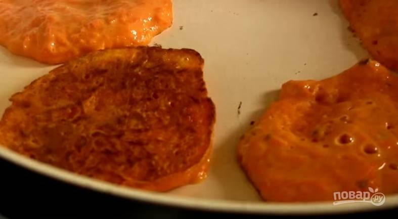 5. Разогрейте сковороду, добавьте в нее растительного масла. Жарьте оладьи до золотистого цвета с обеих сторон.
