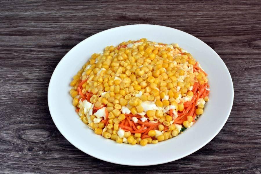 Последним слоем выложите хорошо отцеженную кукурузу.
