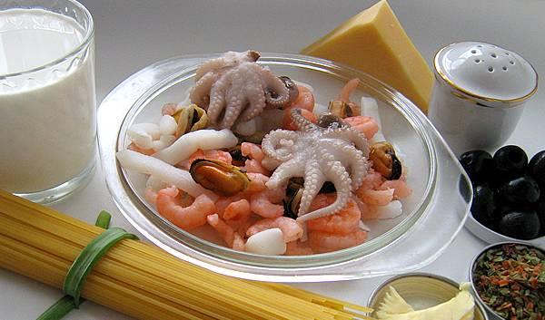 1. Подготовим ингредиенты. Пасту отвариваем до состояния аль-денте, а морепродукты размораживаем и отвариваем 10 минут в подсоленном кипятке. Сливаем воду и с макарон, и с морепродуктов.