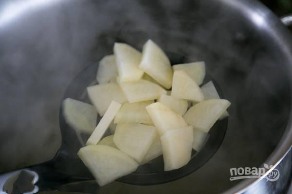 Отправляем картофель в кастрюлю с кипящей водой, пусть варится минут 15.