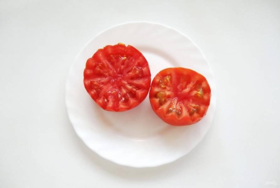 """Возьмите крупный помидор. Он должен быть плотным, не мятым, с толстыми стенками. Помойте его. С помощью острого ножа сделайте зигзагообразные надрезы по кругу помидора до самой середины. Такие """"цветочки"""" многие делали ни один раз. Это просто. Получаются две половинки с зубчиками."""