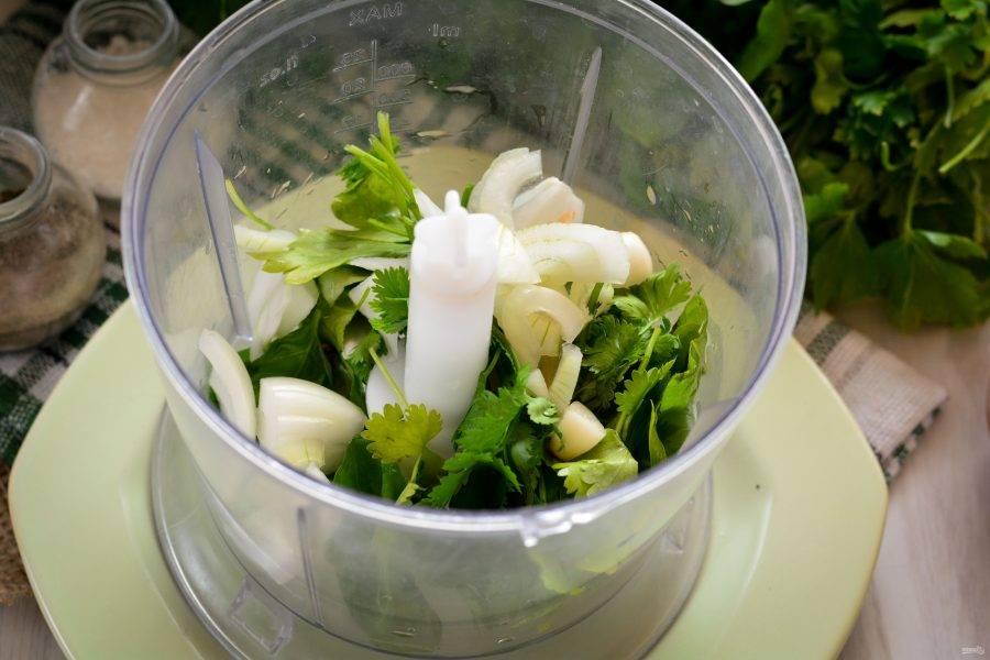 Почистите лук и чеснок, нарежьте их крупными кусочками и добавьте в блендер к зелени.