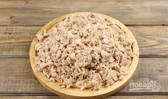 1. Первым делом отварите куриное филе до готовности, остудите и измельчите.