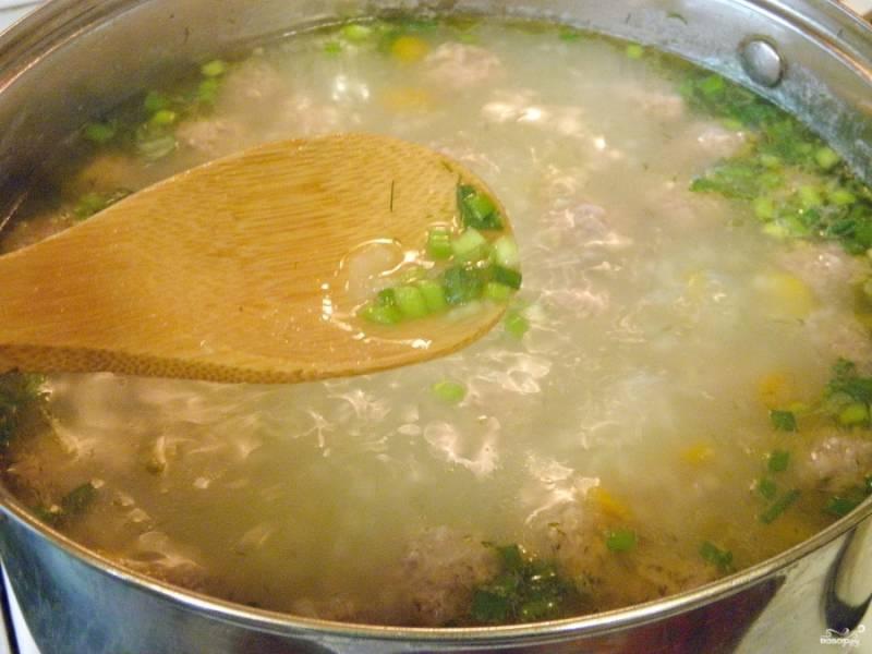В конце варки заправьте суп спасерованными овощами, зеленью, проварите 1 минуту — и выключите огонь. Суп готов!