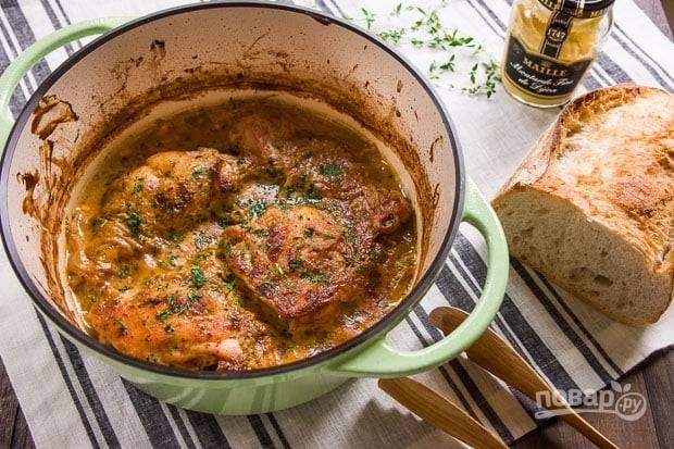6.Достаньте кастрюлю их духовки и аккуратно откройте крышку, чтобы не обжечься. Подавайте блюдо сразу, можно с гарниром или без, украсьте мясо рубленой петрушкой.