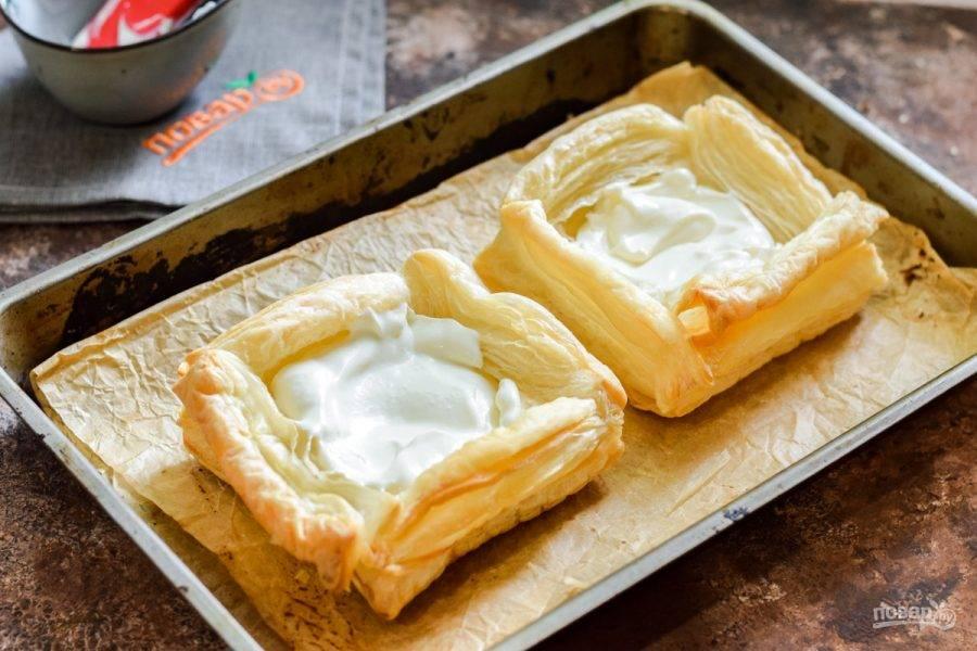 Маскарпоне соедините с сахарной пудрой, наполните кремом слойки.