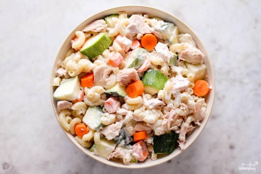 Смешайте в салатнице готовые макароны, тунец и овощи, заправьте майонезом, посолите, поперчите, перемешайте ещё раз. Вот и весь рецепт салата с тунцом и макаронами. Как видите, просто и вкусно.