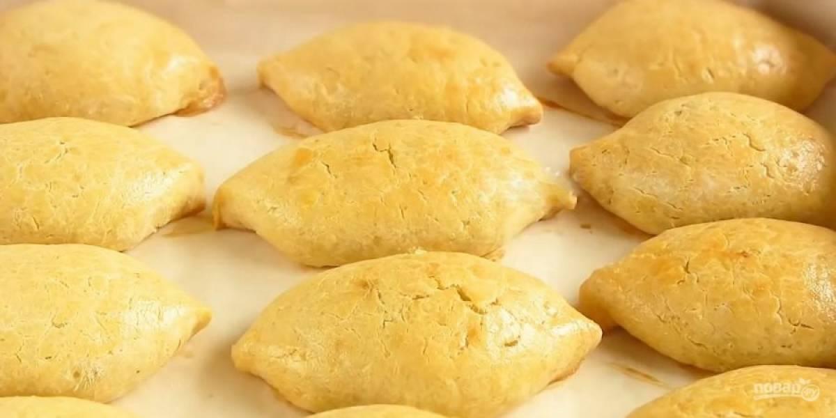 5. Смажьте пирожки желтком, взболтанным с растительным маслом. Выпекайте в разогретой до 190 градусов духовке 30 минут. Приятного аппетита!