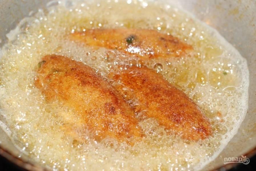 6. Обжарьте кебаб в кипящем сливочном масле до золотистой корочки.
