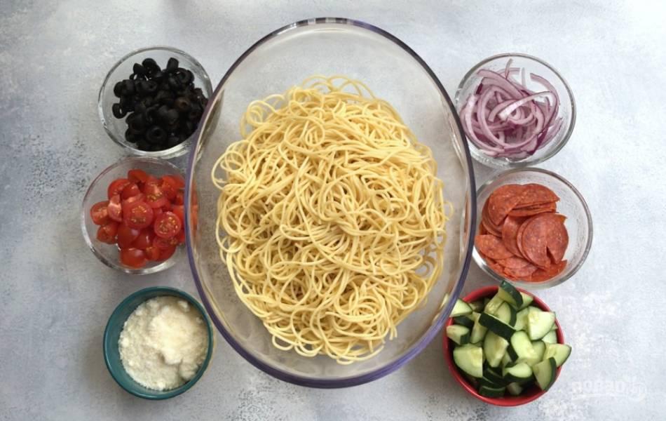 """1. Для начала отварите спагетти в подсоленном кипятке по инструкции на упаковке до состояния """"альденте"""". Затем промойте их под проточной водой."""