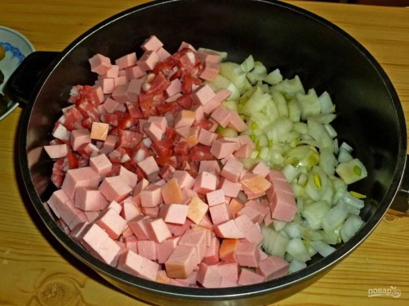 4. На сковороду отправляем нарезанную колбасу и лук. Добавляем немного растительного масла и начинаем жарить.