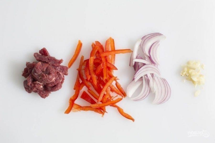 Чеснок измельчите. Лук, мясо и перец нарежьте брусочками.