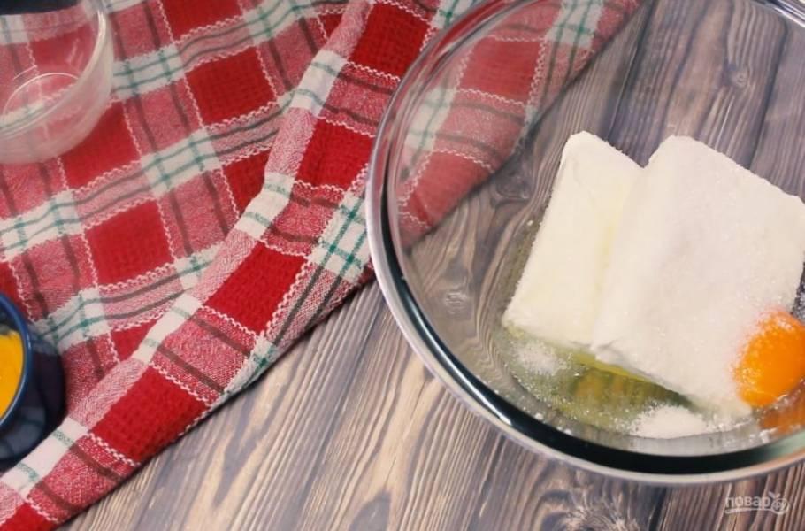 1. Отделите белок одного яйца от желтка, добавьте к нему второе яйцо. Добавьте подсластитель и творог и хорошо перемешайте до однородной массы с помощью вилки или блендера.
