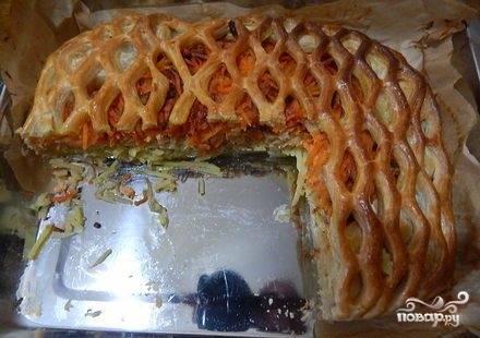 6. Поставьте форму с пирогом в предварительно нагретую духовку, запекайте его при 210-200 градусах в пределах 45-60 минут. Минут через 20-30 с начала выпекания проверьте пирог: если верх сильно зарумянился, закройте его фольгой, чтобы не подгорел. Слоеный пирог с красной рыбой готов!
