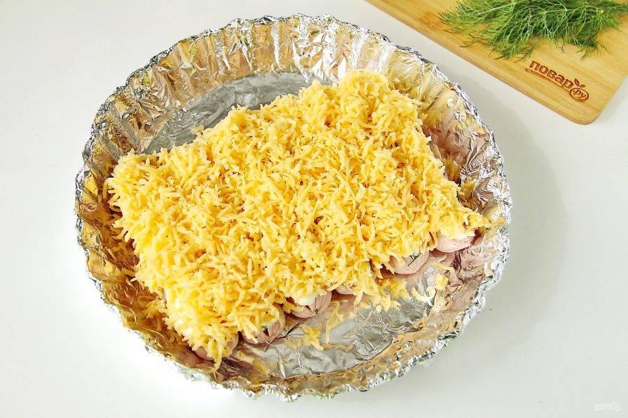 И посыпьте тертым сыром. Запекайте в духовке при температуре 180 градусов около 10 минут.