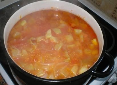 Добавьте обжаренные кабачки и все специи. Доведите до кипения и тушите еще 30 минут. В самом конце добавьте уксус.