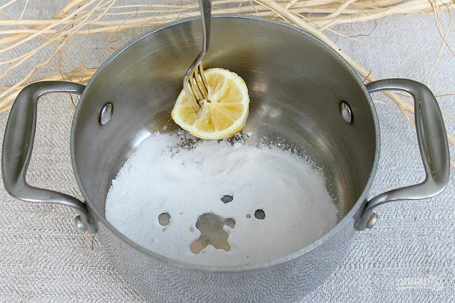 В кастрюлю насыпаем 80 г сахарной пудры и добавляем сок лимона.