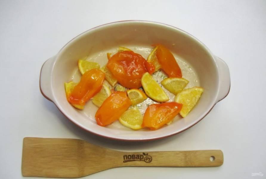 Апельсин и хурму помойте, нарежьте произвольно и выложите в форму для запекания.