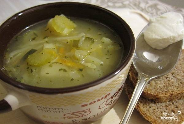 В кастрюлю положить картофель и варить 10 минут. Добавить остальные ингредиенты и варить до готовности картофеля. Приятного аппетита!