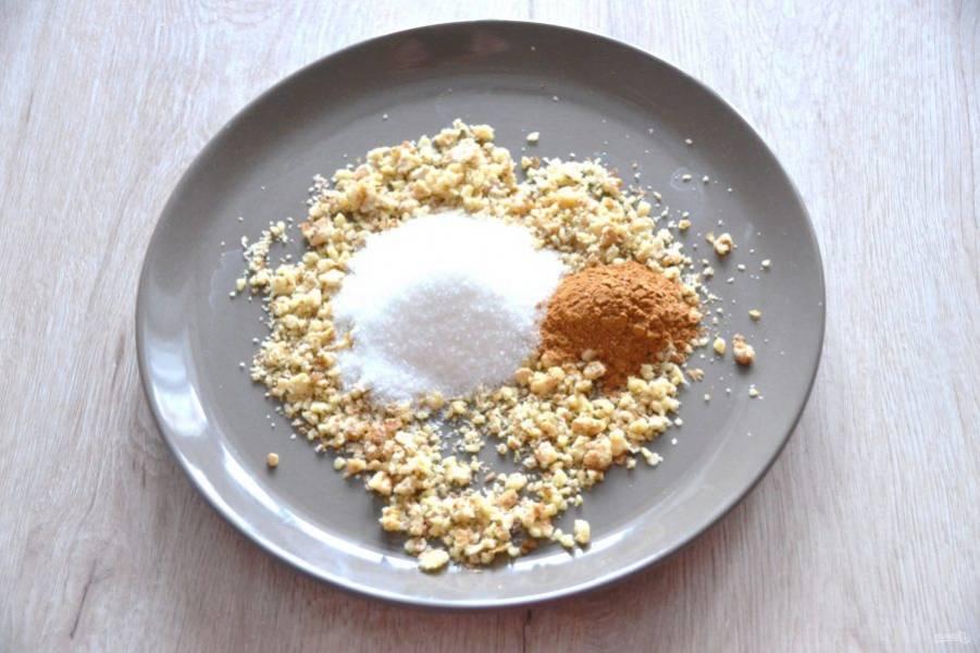 Подготовьте посыпку из смеси 3 ст.ложек сахара, корицы и измельченных грецких орехов.