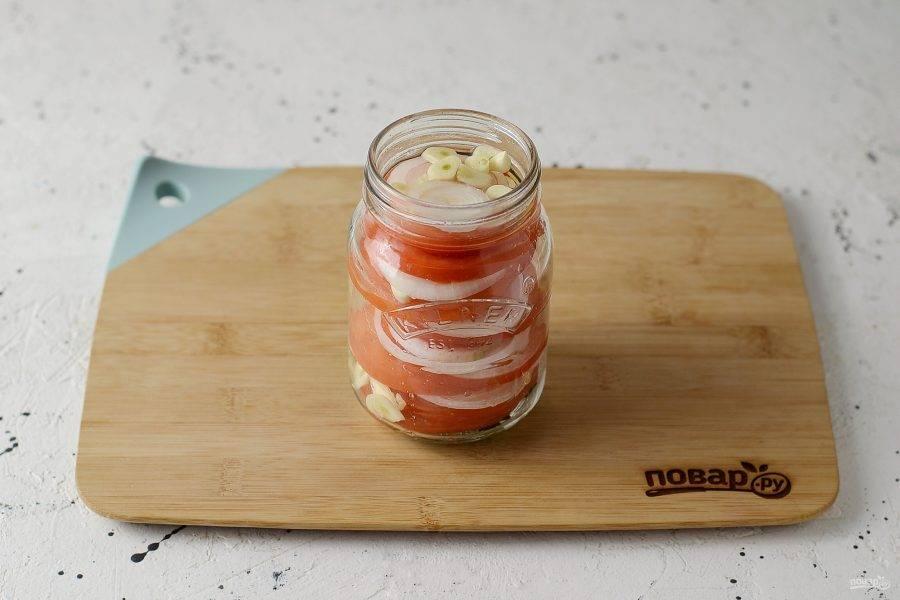 Затем слоями помидоры, лук и чеснок.