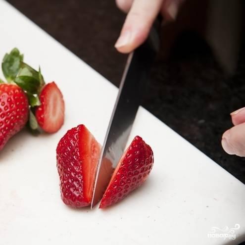 1. Промойте ягоды клубники. Несколько штук (по количеству стаканчиков) оставьте с плодоножкой, их мы используем для украшения. Все ягодки разрежьте напополам.