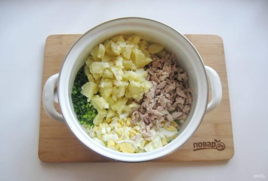 6. Картофель отварите, охладите и добавьте в окрошку.