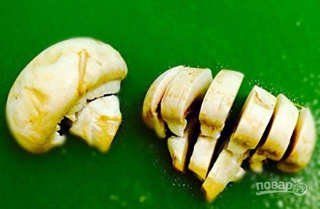 4.Вымойте и разрежьте грибы вдоль, затем каждую половинку еще нарежьте пластинками.