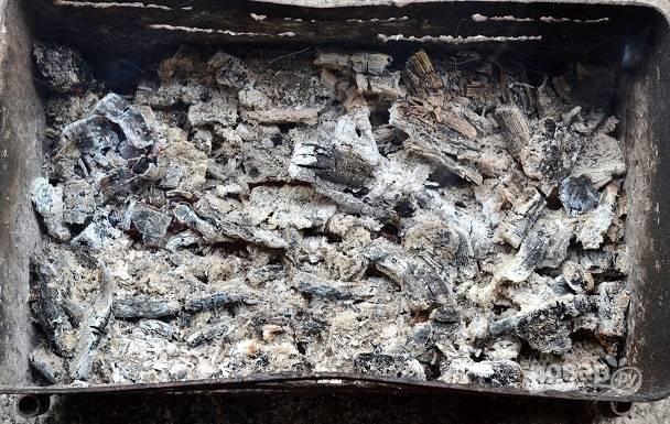 Пока мойва маринуется, подготовьте мангал.