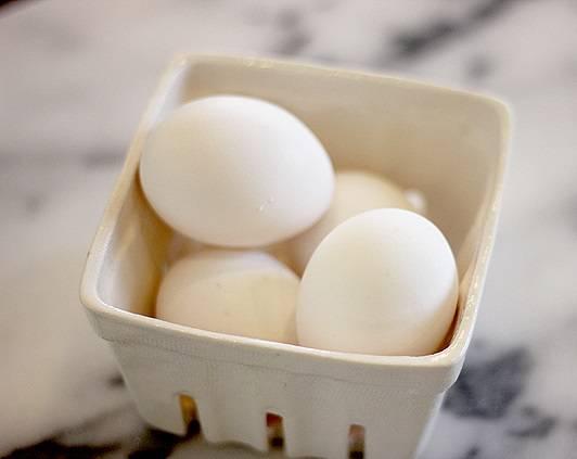 2. Яйца соединить с сахаром и взбить, чтобы сахар как следует растворился.