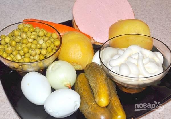 1. Картофель, морковь вымойте и отварите до готовности, после хорошо остудите и очистите. Яйца сварите вкрутую. Подготовьте остальные ингредиенты.