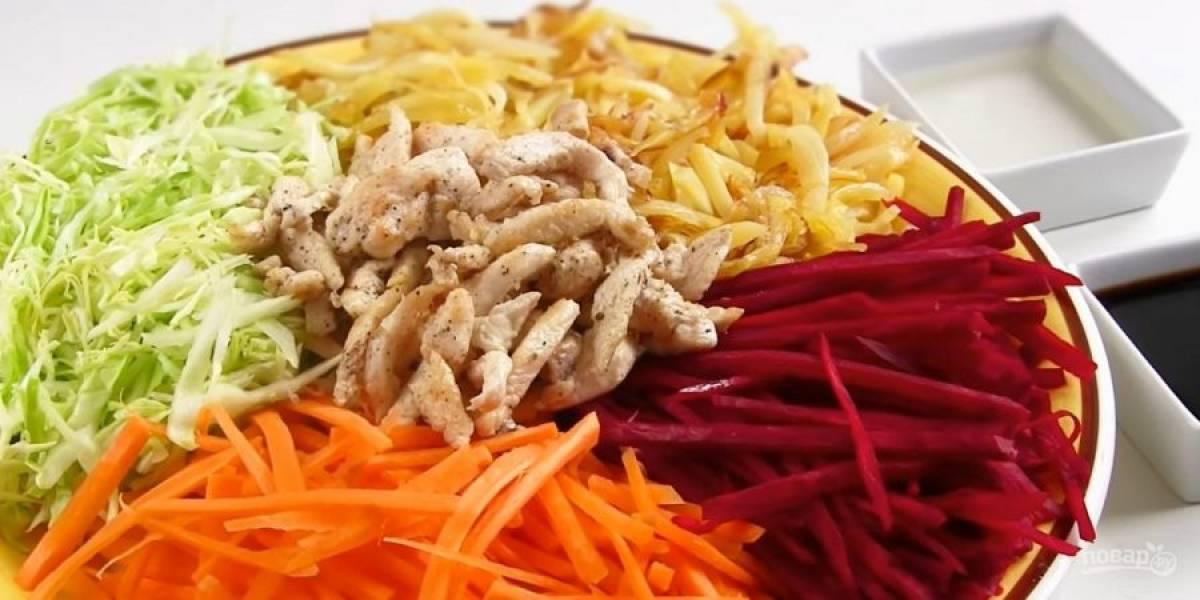 4.  Добавьте соевый соус, яблочный уксус и перемешайте. Поставьте салат в холодильник на 1-2 часа. Подавайте с жареным картофелем. Приятного аппетита!