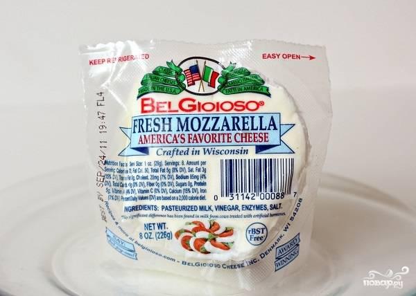 3. Сыр нарежьте такими же кубиками, как и авокадо.