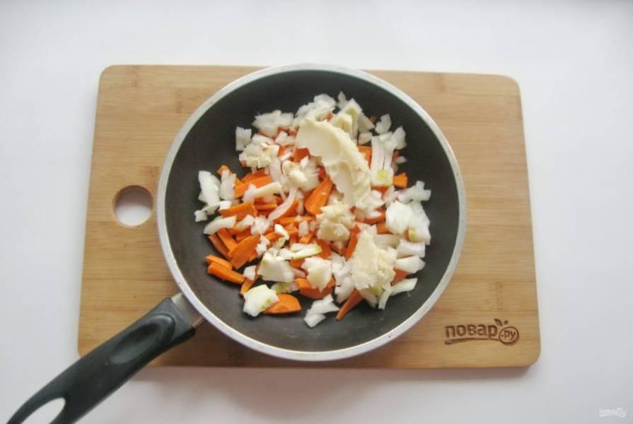 Морковь и лук очистите, помойте и нарежьте. Выложите в сковороду. Добавьте жир из тушенки. Слегка припустите овощи в сковороде с жиром.