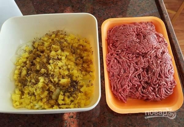 2. Кроме, собственно, фарша (можно также измельчите мясо очень мелкими кубиками) в начинку предлагаю добавить нарезанный очень мелкими кубиками лук и картофель. Добавьте к овощам специи по вкусу.