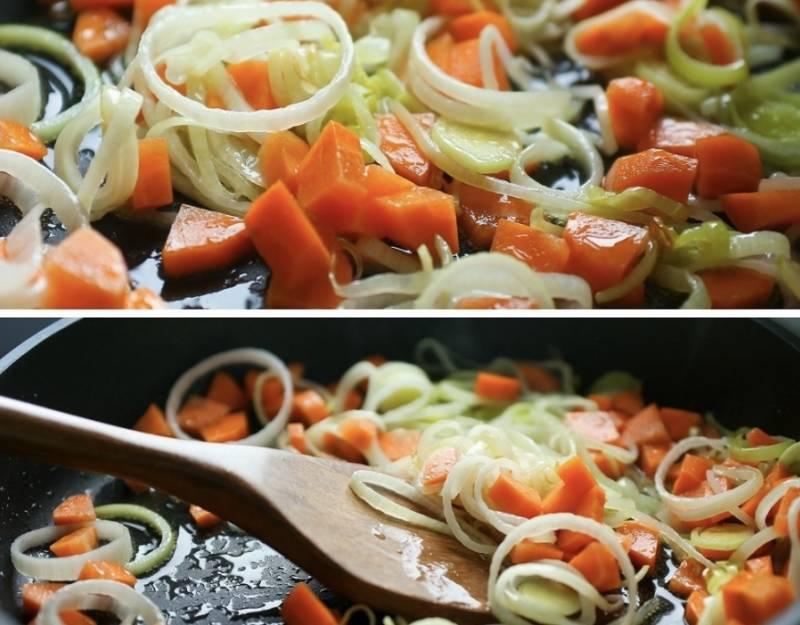 Морковку порежьте кубиками и добавьте к луку, обжаривайте до мягкости овощей. Потом порежьте тыкву, её тоже добавьте к луку и морковке.
