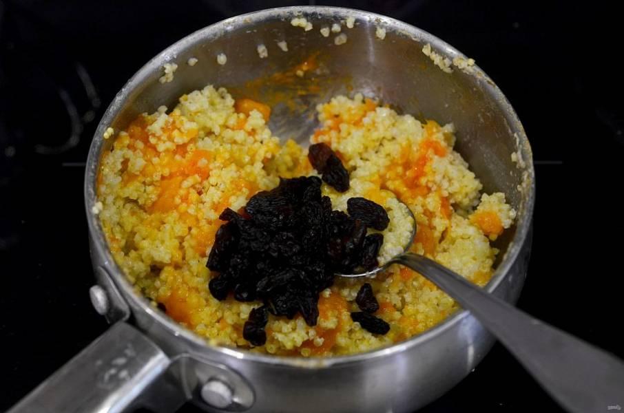 Влейте масло, добавьте промытый и ошпаренный изюм.