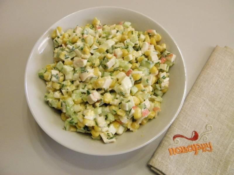7. Салат готов! Разложите его по креманкам или порционным тарелочкам и подайте к столу, украсив веточкой петрушки или цветочком из яйца. Приятного аппетита!