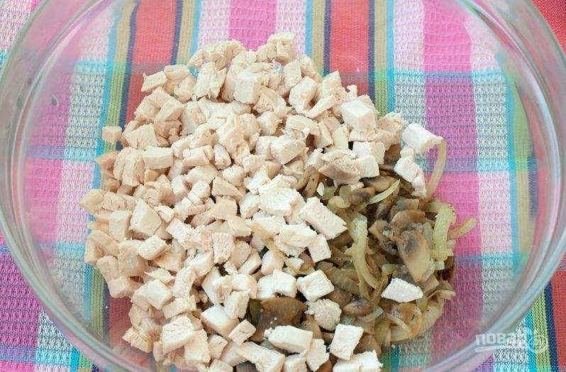 Филе отварите в подсоленной воде в течение 20-25 минут. Потом его охладите и нарубите кубиками. Соедините их в салатнице вместе с остывшей зажаркой.