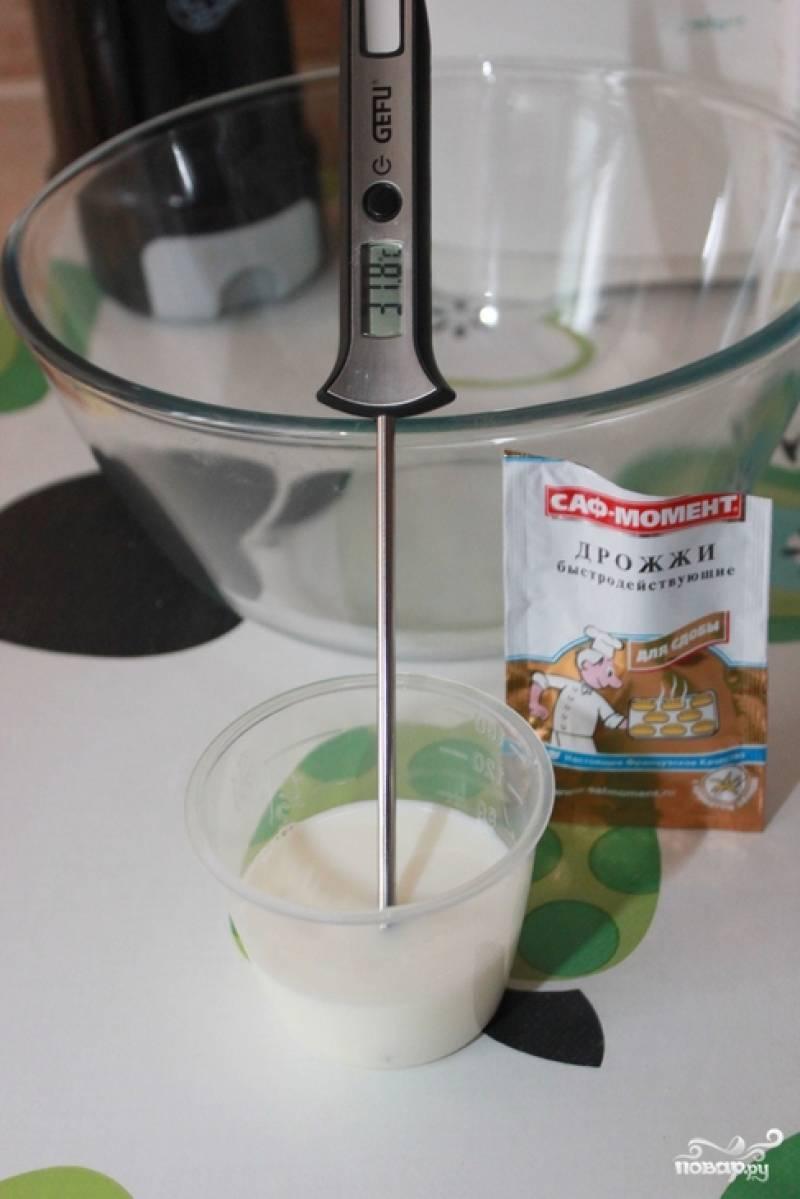 1.Прежде чем приступать к приготовлению кулича, все необходимые продукты достаньте из холодильника и нагрейте до комнатной температуры. Приготовление кулича начинайте с просеивания муки. Дрожжи разомните вилкой и смешайте с предварительно нагретым до 40 градусов молоком.